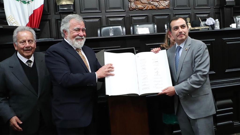 El presidente del Senado recibió un ejemplar original de la Constitución de la CDMX