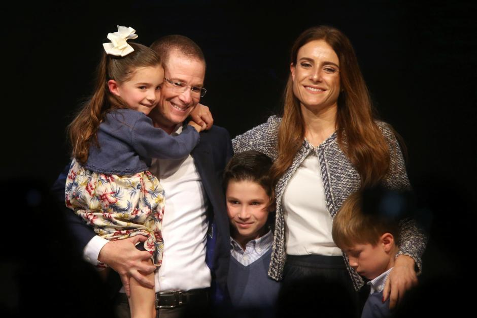 """Ricardo Anaya poses with his wife Carolina Martinez and his children after announcing his participation as a presidential pre-candidate for the coalition known as """"For Mexico in Front"""" that brings together the conservative National Action Party (PAN), the centre-left Party of the Democratic Revolution (PRD) and the Citizens Movement party, in Mexico City, Mexico, December 10, 2017. REUTERS/Edgard Garrido"""