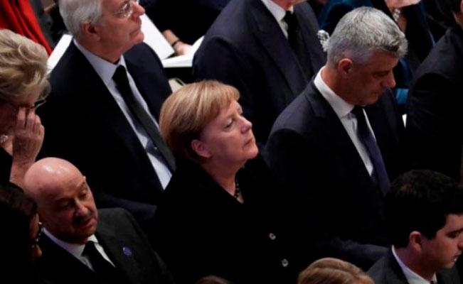Gortari asiste al funeral 9