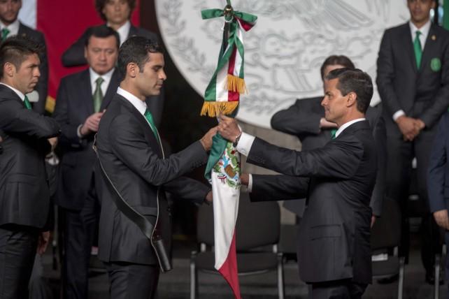 El presidente Enrique Peña entregó la bandera de México al capitan de la Selección, Rafael Márquez. FOTO: Presidencia.gob.mx
