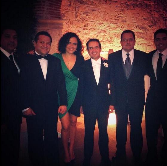 Los compañeros senadores de Fernando Yunes lo acompañaron el día de su boda. FOTO: Twitter.com/marianagdelc