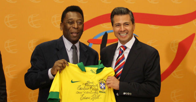 Pelé, uno de los jugadores más representantes del futbol soccer regaló a Enrique Peña una camiseta deportiva de Brasil. FOTO: Aztecanoticias.com