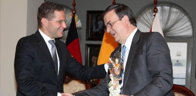 Mauricio Rodas, alcalde de Quito, entregando el reconocimiento como huésped ilustre al ex jefe de gobierno del Distrito Federal, Marcelo Ebrard. FOTO: MDMQ
