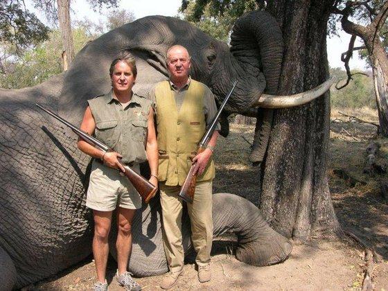 El rey Juan Carlos posando junto al dueño del Safari que ofrece paquetes de cacería en África. FOTO: Raansafari.com