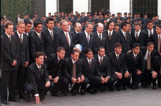 El expresidente Ernesto Zedillo deseando serte a la Selección convocada en 1998 para el mundial. FOTO: Redpolitica.com