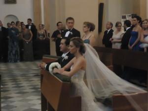 La pareja en el altar antes de comenzar la ceremonia nupcial. FOTO: Fussionews.com