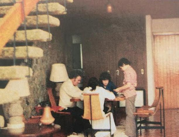El periodista con sus hijos Julio, Gabriela y Regina en una foto vacacional en 1978. FOTO: Archivo familia Scherer.