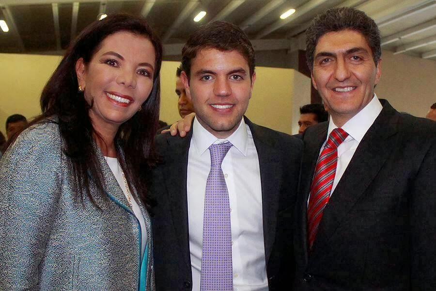 Carolina está casada con Ernesto Nemer, son padres de tres hijos, el único hombre ha seguido los pasos políticos de sus padres (foto: Twitter).