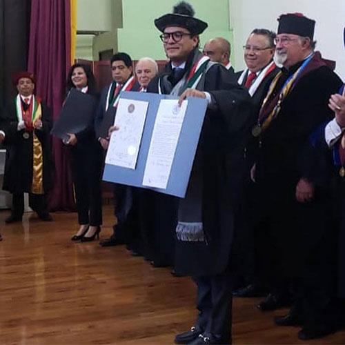 Gerardo Islas recibe el título de Doctor Horis Causa