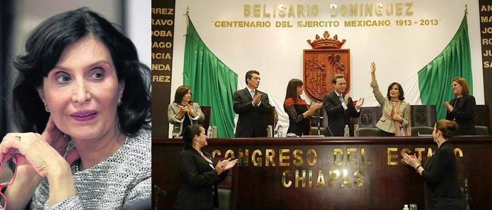 Manuel Velasco entrega medalla a Ángeles Mastretta