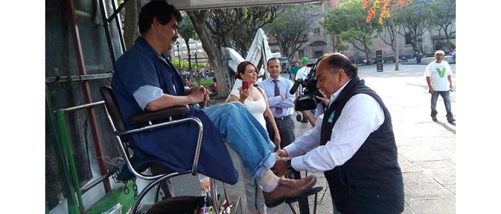 El papá de Checo Pérez causa polémica como bolero